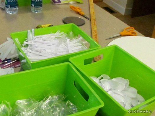 Фото подготавливаем пластиковые ложки