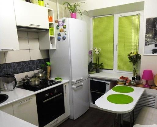 Кухня не просто маленькая, а очень маленькая – площадь всего 5,7 кв.м. Но светлая и уютная!