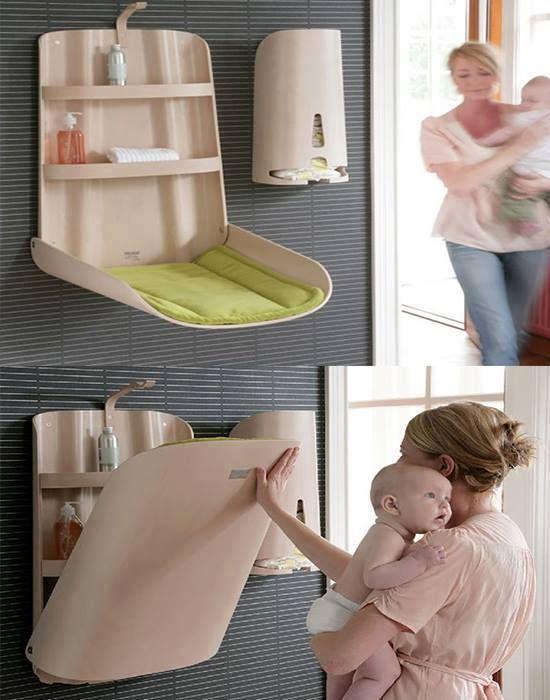 Раскладной стульчик для малыша, вмонтированный в стену.