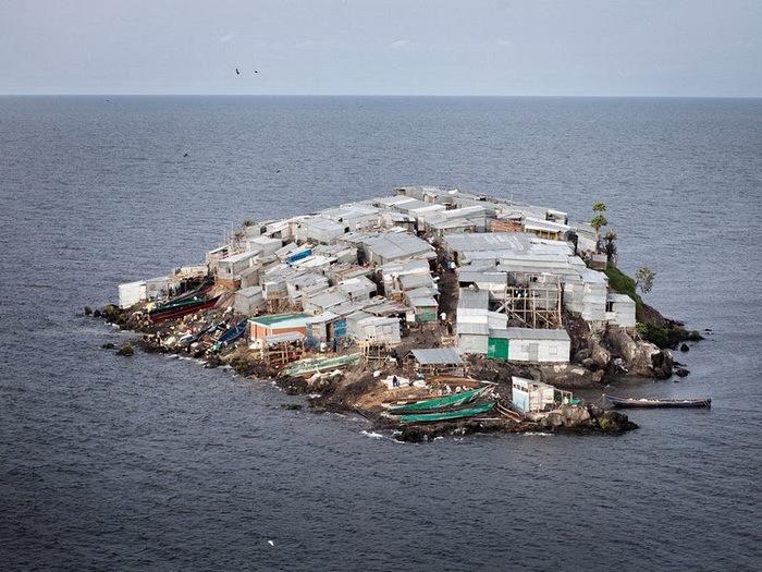 Маленький жилой остров в Африке