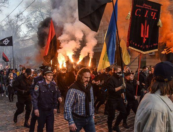 """В Одессе прошёл марш неонацистов под лозунгом """"Белый человек - великая Украина"""""""