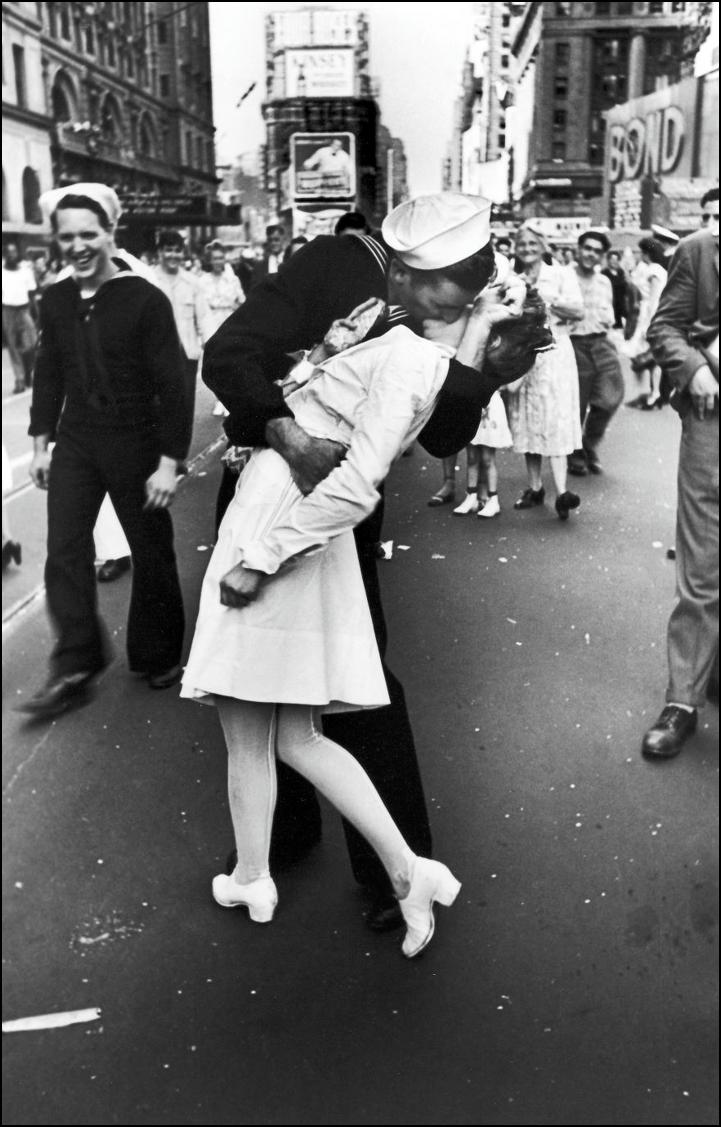 Моряк целует медсестру на Таймс сквер, 14 Августа 1945 Историческая фотография, история, факты