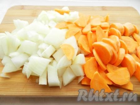 Лук и морковь нарезать.