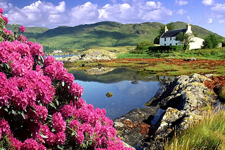 Живописная деревня на озере Лох-Ломмонд, Шотландия