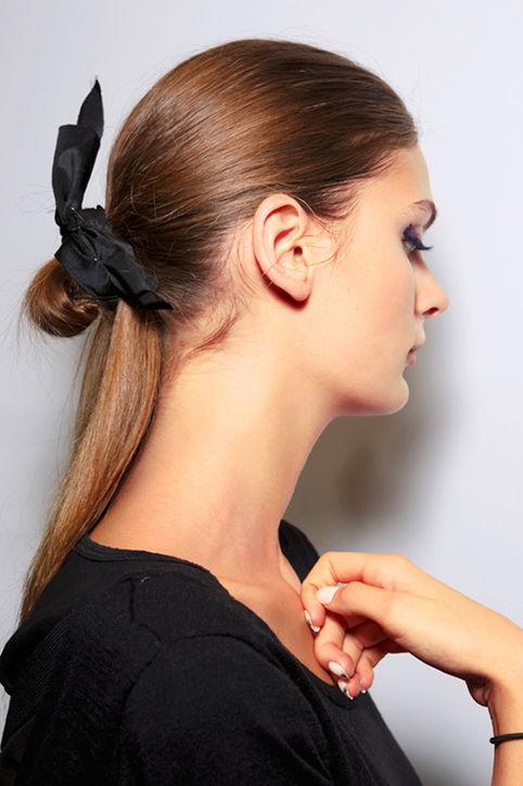 Девушка с прической хвостик