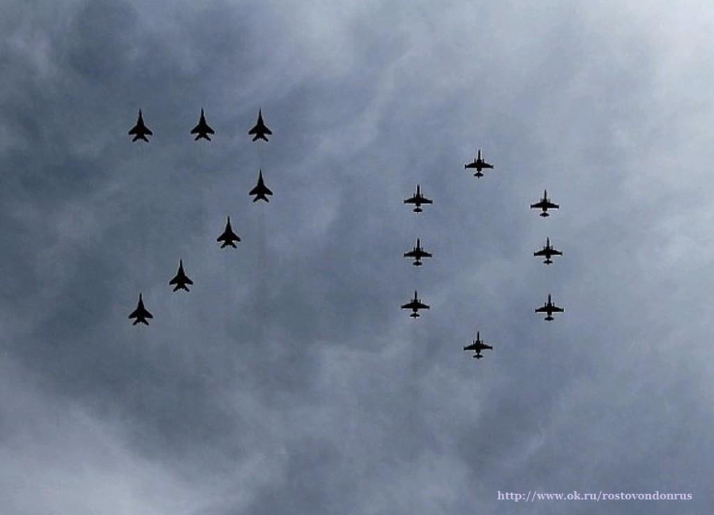 70 лет Победы в ВОВ.  МиГи-29 и Су-25 держат цифру 70. Репетиция Парада Победы.