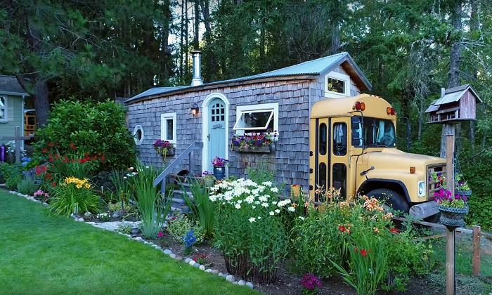 Семейная пара превратила старый школьный автобус в «кедровый коттедж», который почти не отличить от обычного дома