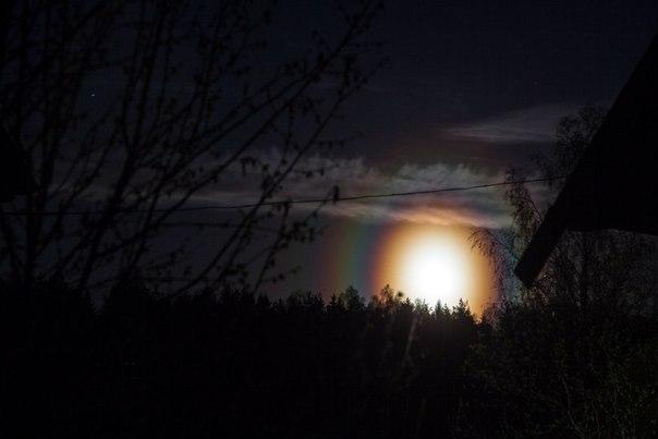 Радужное свечение вокруг Солнца и Луны