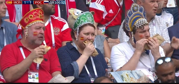 Жующие хот-доги фанаты в кокошниках на матче Россия — Испания стали мемом
