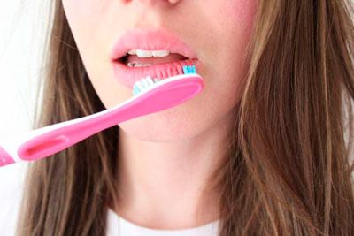 как избавиться от сухости губ женщине
