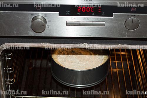 Поставить пирог  обратно  в духовку. Выпекать 10 минут при 200 градусах, затем уменьшить температуру до 180 и выпекать пирог до готовности, около 40 минут.