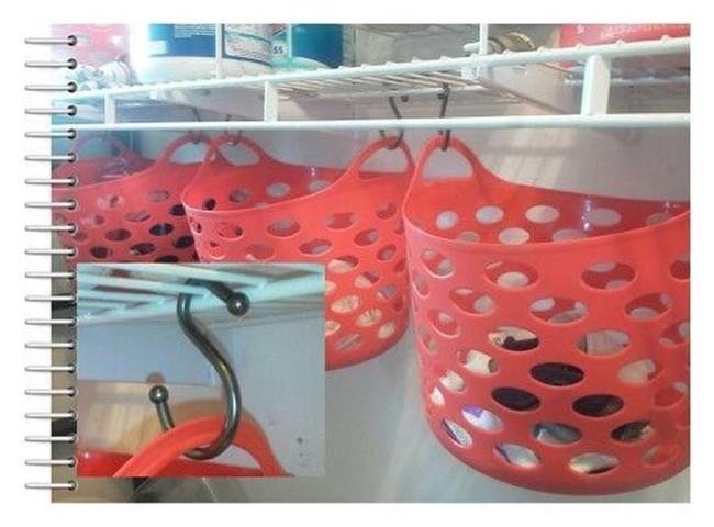 14. К полочкам можно подвесить дополнительные пластиковые корзинки вещь, дом, хранение