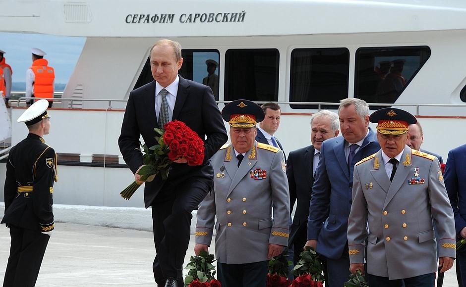 Возложение цветов кпамятнику Петру Первому.
