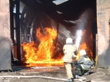 Кемеровское МЧС сообщило, что в Кемерово на производстве горит резиновая крошка