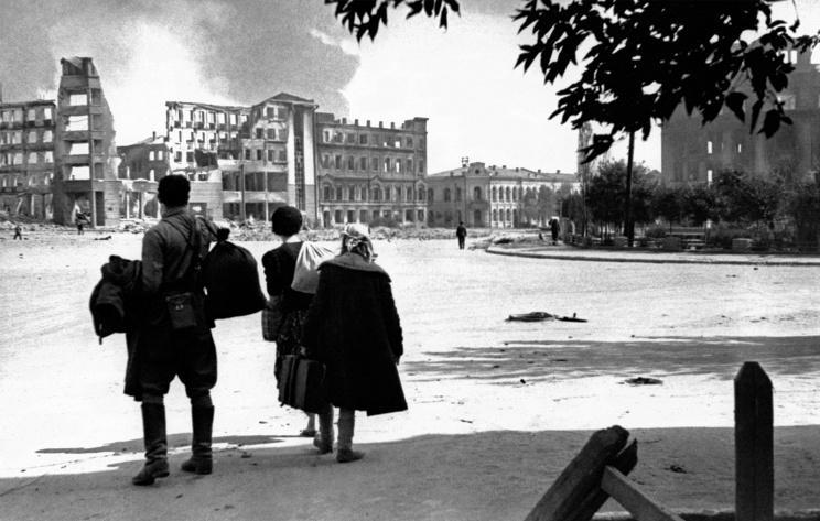 ID: 10632274 Описание: Советский Союз. Сталинград. Жители города смотрят на здания, разрушенные в результате немецкой бомбардировки. Эммануил Евзерихин/Фотохроника ТАСС