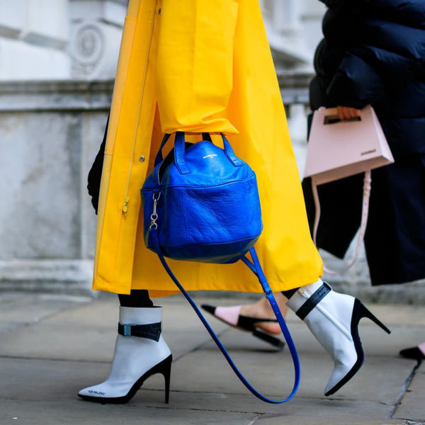 С какой обувью носить модные пальто