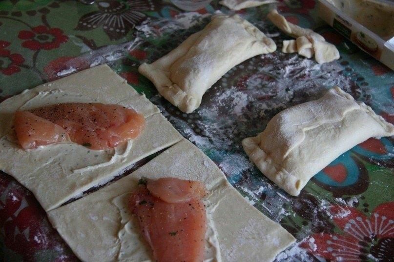 Фото к рецепту: Пирожки с курицей и сливочным сыром