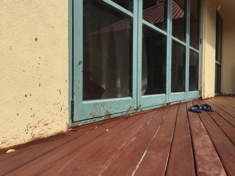 Девушка наняла нелегала покрасить веранду