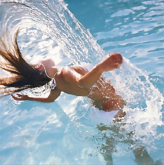 Секрет этой купающейся девушки так сразу и не разгадать. Ни за что бы не догадался!