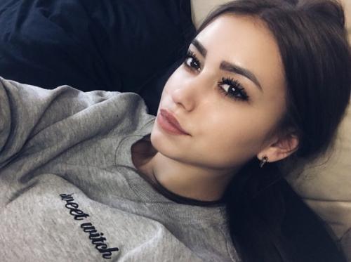 Катя, 20 лет скоро будет, учусь в университете на журналиста, вредных привычек нет, люблю футбол, сидеть в кальянных и кататься по ночной Москве.