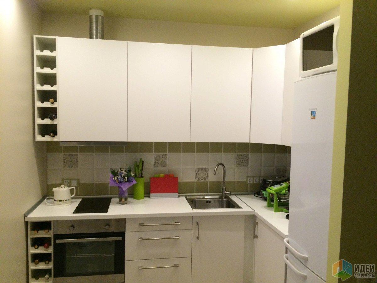 Оливковая кухня, кухня в квартире-студии