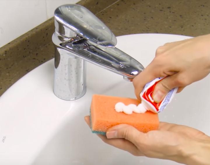 Нанесите немного зубной пасты на губку. То, что вы сможете с ней сделать очень вас удивит