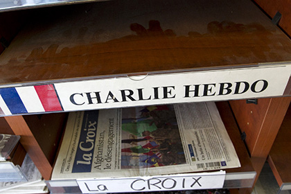 Charlie Hebdo изобразил раненого парижанина танцующим и пьющим шампанское