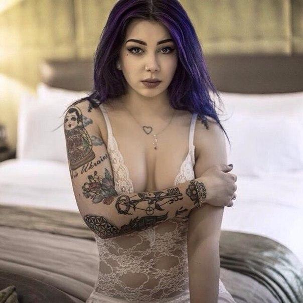 10 очаровательных девушек с татуировками