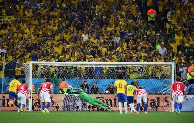 Бразилии для победы в первом матче понадобилась помощь судьи