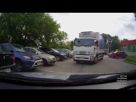 Неуправляемый грузовик сминает машины (авария около дома)
