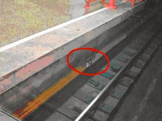 Как выжить при падении на рельсы в метро