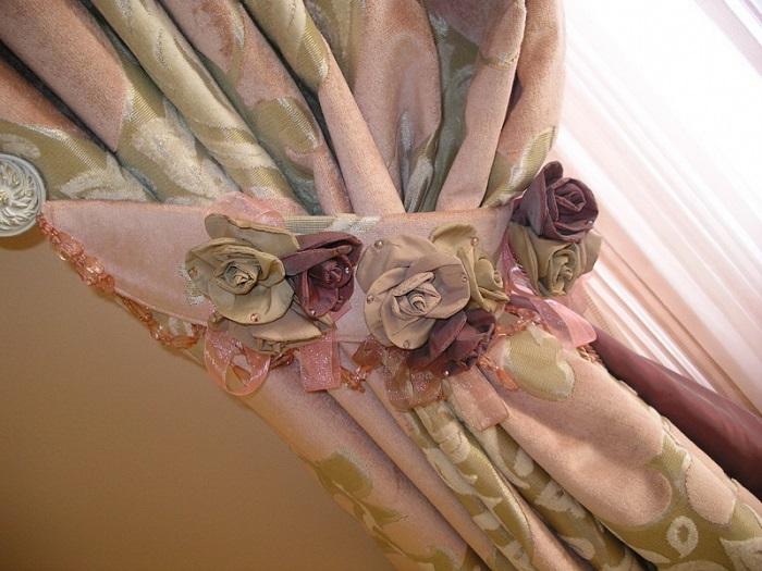 Из старых штор легко сделать декоративные цветы