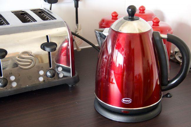Использовать кока-колу можно и для очистки внешних стенок чайник