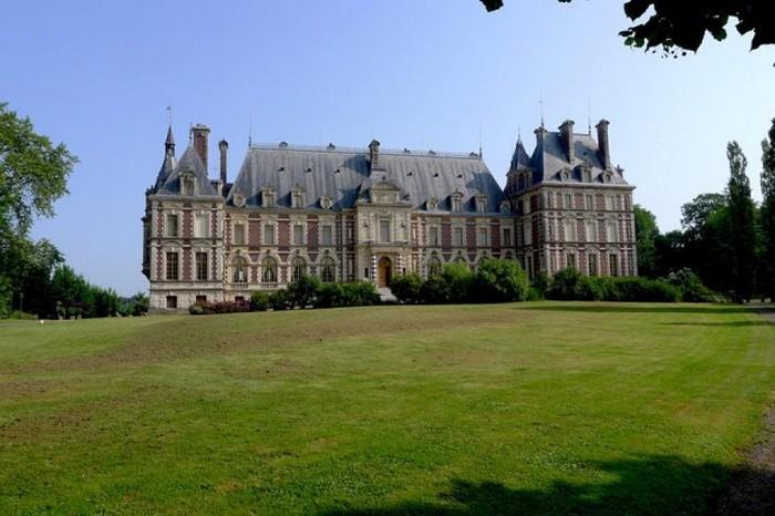Один из замков во французской провинции.