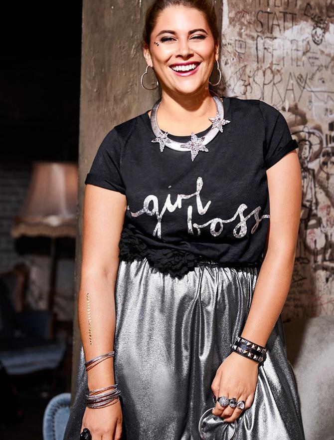 серебряная юбка с топом и красивыми металлическими аксессуарами