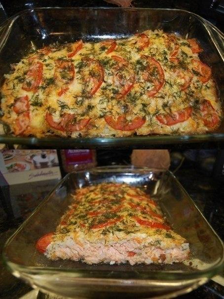 Запеченная красная рыба с рисом, сыром и овощами.