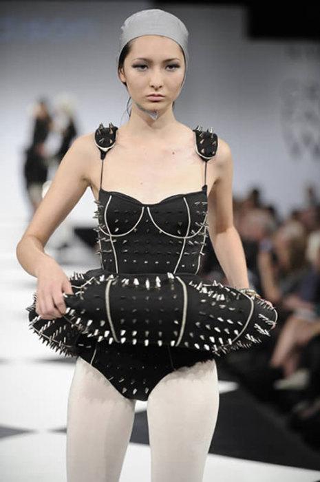 Сложный дизайнерский купальник черного цвета, декорированный шипами.