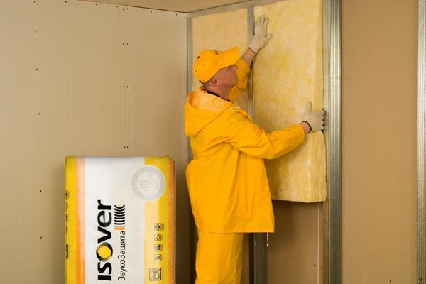 Монтаж шумопоглощающей стеновой перегородки. Фото: Изовер