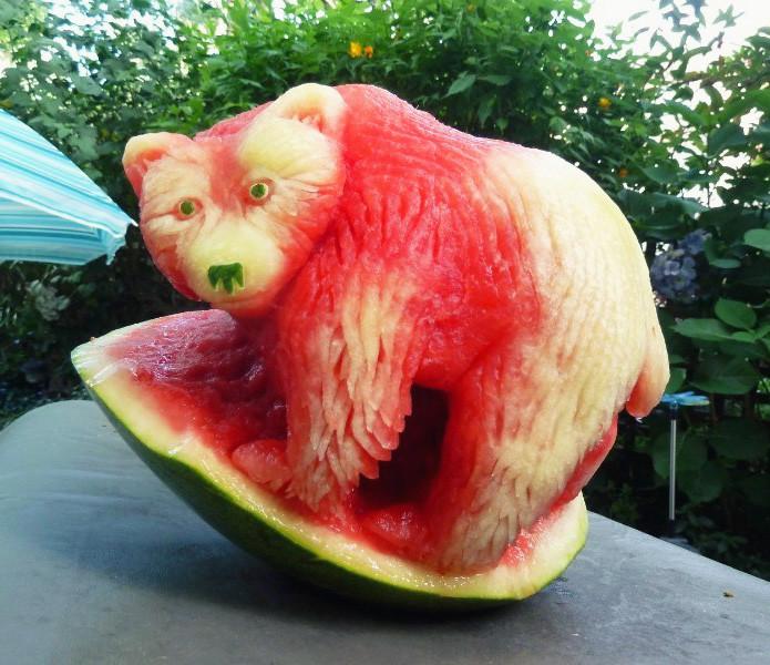 Медведь из арбуза в мире, скульптура