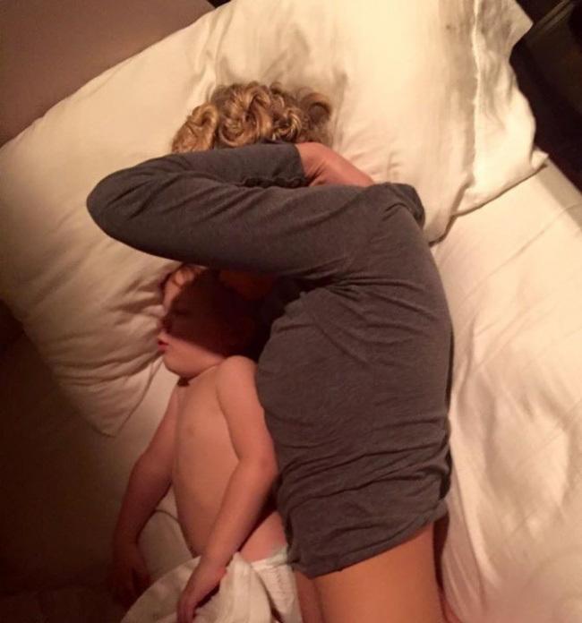 Сфоткал спящую жену