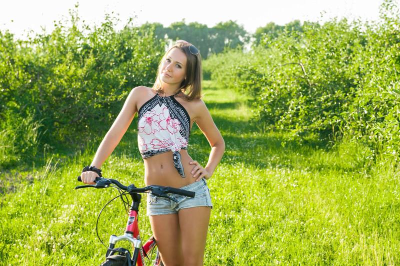 фото девушка на природе в желтых трусиках
