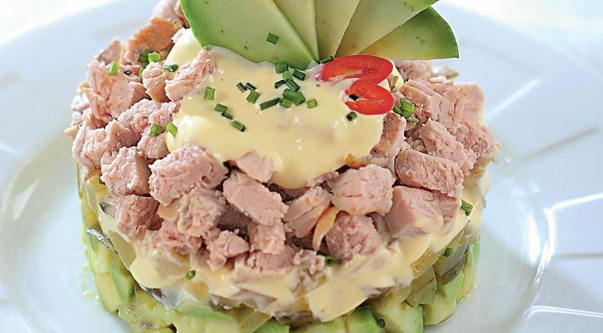 Салат с запеченным мясом и авокадо