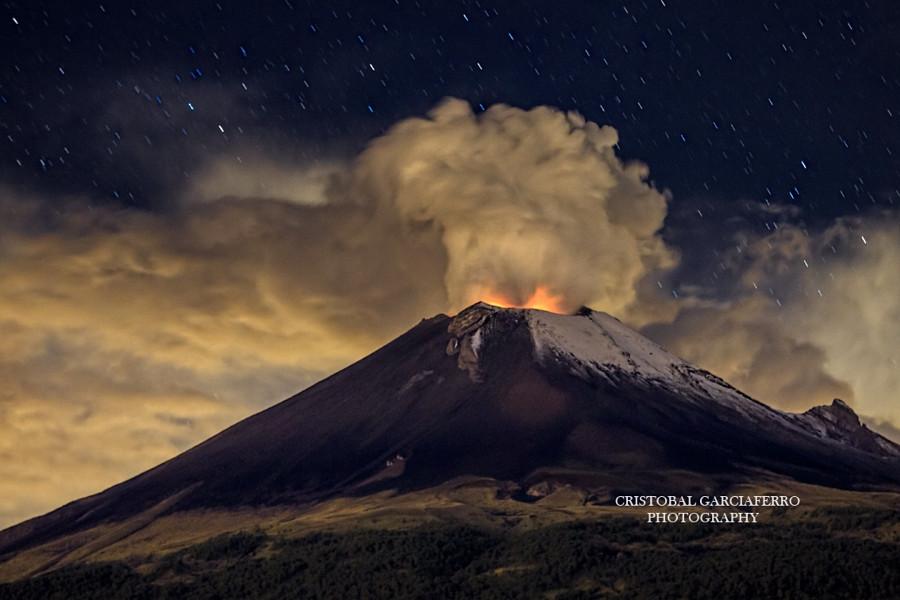 Извержение в полночь вулкан, фото