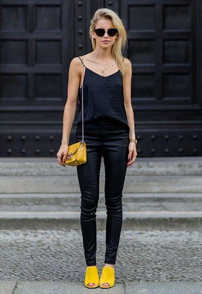 Желтая обувь с темными брюками и топом. Образ дополнен небольшой желтой сумкой