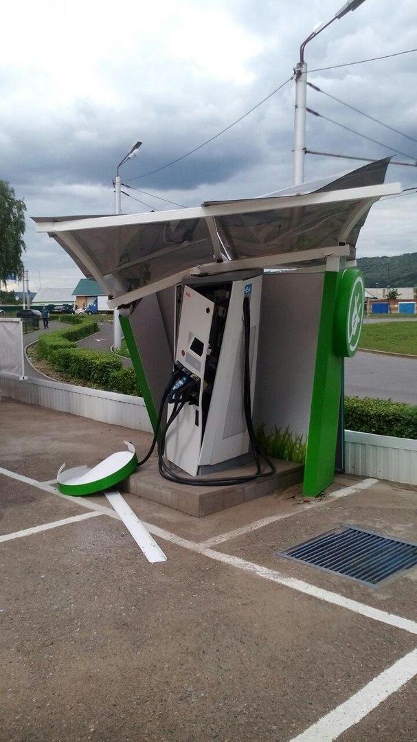 Недавно в нашем городе поставили зарядку для электромобилей, сегодня в неё въехал бензовоз...
