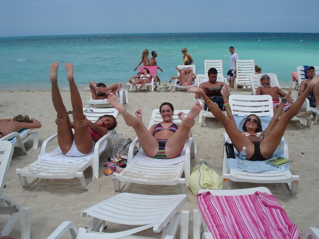 Фото писяющихся на пляже 17 фотография