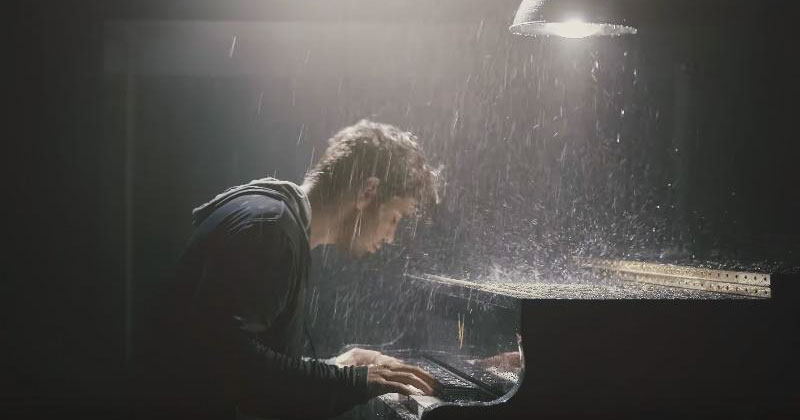 Этот молодой пианист произвел настоящий фурор в Сети. Его интерпретация известной песни не оставит вас равнодушным!