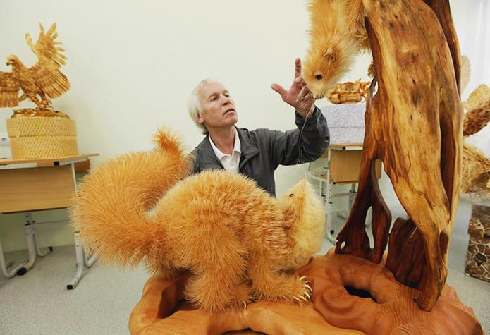 Скульптуры созданы из деревянной стружки Сергеем Бобковым в мире, скульптура