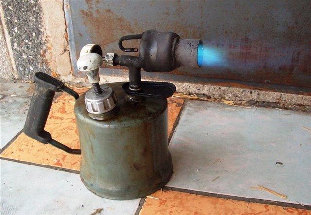 Что могут вместе бензопила и паяльная лампа?