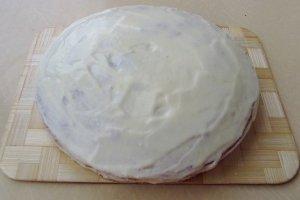 Бока и верх торта обмазать оставшимся кремом.